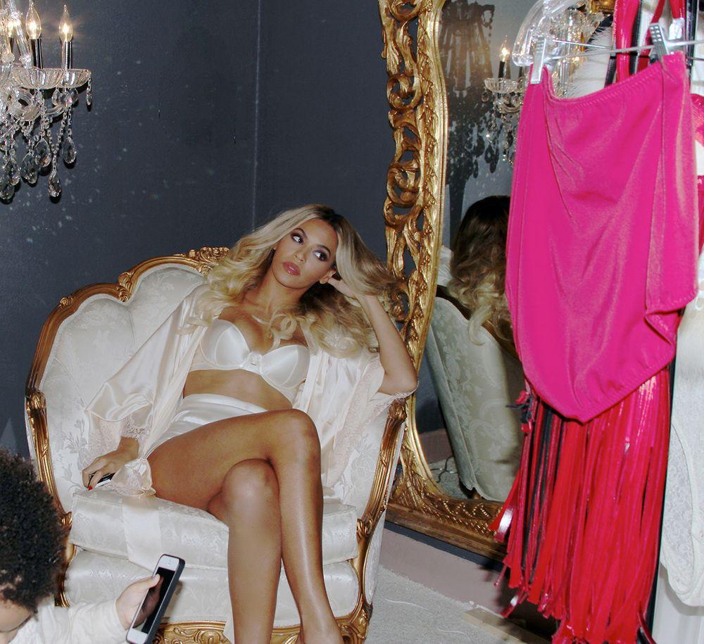 beyonc compartilha fotos de lingerie em site famosos. Black Bedroom Furniture Sets. Home Design Ideas