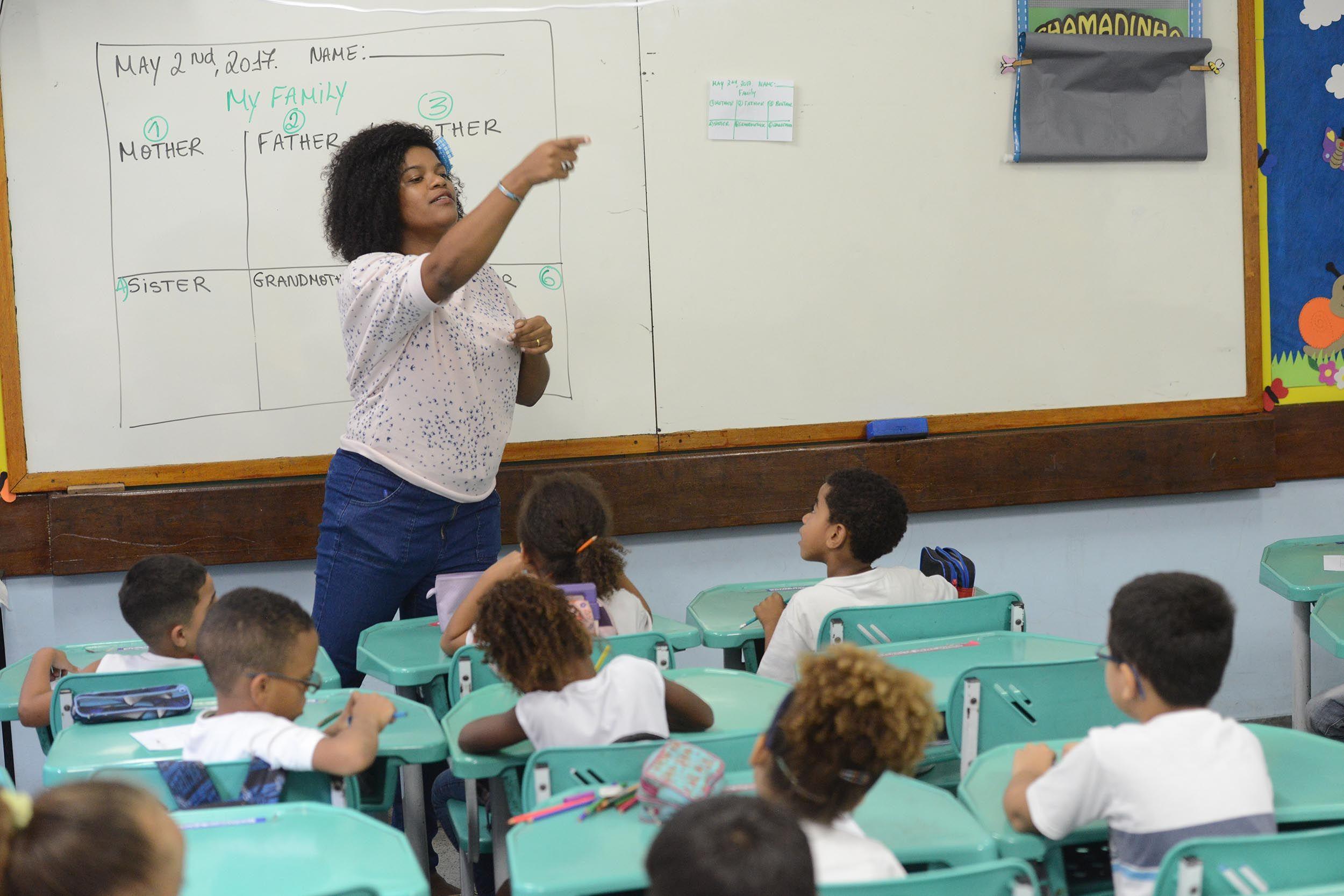 Professora ensinando a pagar um boquete na escola pare de gozar raacutepido e aprenda a controlar sua ereccedilatildeo de forma natural acesse bitlydestruindoaejaculaccedilaoprecocee - 4 7