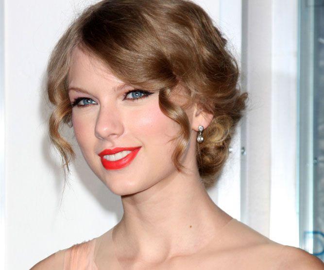 Taylor Swift faz sucesso no mundo da música Helga Esteb/Shutterstock